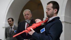 Novela byla reakcí na unijní směrnici, která od podzimu příštího roku zpřísní regulaci zbraní.