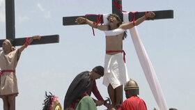 Krvavá tradice: Na Filipínách si Velký pátek opět připomněli přibitím dobrovolníků na kříž.