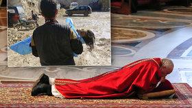 Papež František během mše na Velký pátek ve svatopetrské bazilice: Uctil i dětské oběti syrského útoku