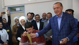 V Turecku začalo referendum o klíčových ústavních změnách.
