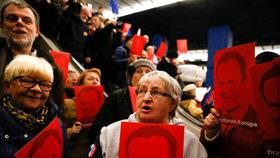 Na Donalda Tuska čekaly na varšavském nádraží stovky příznivců.