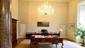 Ministr kultury Daniel Herman (KDU-ČSL) úřaduje z ložnice Nostického paláce. Pracovní stůl má na místě, kde stála postel.