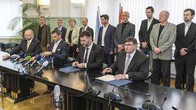 Zástupci nové jihočeské koalice podepsali smlouvu.