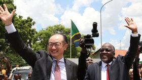 Tanzanský prezident John Magufuli s prezidentem Světové banky Jim Yong Kimem.