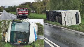Vážná nehoda autobusu plného dětí ve Vlkavě: Vůz je na boku, na místě je mnoho zraněných