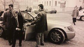Ženich Václav Havel vystupuje z auta před žižkovskou radnicí.