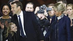Emmanuel Macron slavil svůj triumf s manželkou Brigitte a vnučkou.