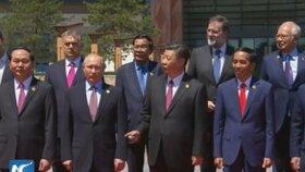 Čínské čekání na Zemana: Prezident Si Ťin-pching ukazuje do míst, kde chybí Zeman.
