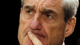 Zvláštní vyšetřovatel Robert Mueller, který objasňuje roli Ruska v předloňských prezidentských volbách ve Spojených státech, varoval právní zástupce prezidenta Donalda Trumpa, že by mohl hlavu státu k podání svědecké výpovědi předvolat obsílkou.