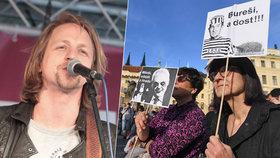 Zpěvák Tomáš Klus nechyběl na antibabišovském protestu v centru Prahy.