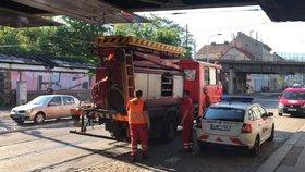 Nákladní auto strhlo v Praze 5 trolej.