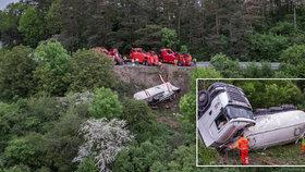 Cisterna s 28 tunami cementu se zřítila ze srázu: Řidič jako zázrakem přežil