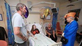 Zraněné po pondělním teroristickém útoku přijela do nemocnice v Manchesteru navštívit britská královna Alžběta II.