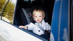 Dítě bylo v autě zavřené osm hodin (ilustrační foto).