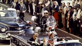 1963 – Pár minut či vteřin před smrtí během projížďky kabrioletem ulicemi Dallasu.