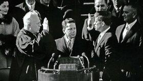 1961 - Kennedy ve volbách jen těsně porazil republikána Richarda Nixona a 20. ledna složil prezidentskou přísahu.