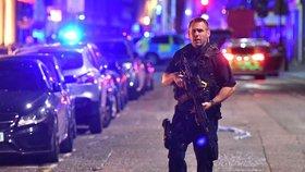 Dodávka vjela do davu, ozbrojení útočníci měli pobodat několik lidí.