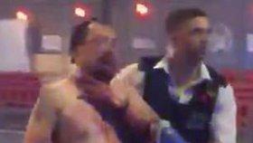 Novinář Geoff Ho byl během útoku pobodán do krku.