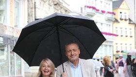 O připomínání válečných veteránů se ministr Stropnický zasadil společně se svou manželkou.