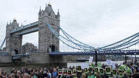 Piety za oběti útoku na London Bridge se zúčastnila řada muslimů (5. června 2017)