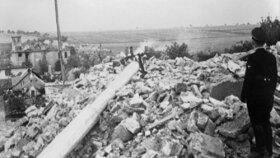 Nacisté si prohlížejí zbytky vypálených Lidic.