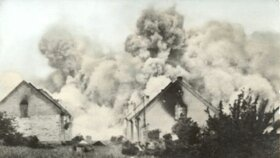 Všechny domy byly polity benzínem a zapáleny.