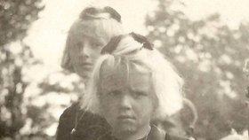 Zkázu přežily jen sestry Jarmila a Marie Šťulíkovy z ležáckého mlýna, z nichž první dívence byly jen tři roky a druhé 15 měsíců. Díky svým plavým vláskům a modrým očím prošly rasovým úřadem jako vhodné k poněmčení. V německých pěstounských rodinách se však obě v roce 1946 podařilo vypátrat. Rodiče si nepamatovaly, jedna druhou neznala a znovu se učily česky. Vychovával je jejich dědeček z Včelákova, vsi poblíž Ležáků, který se vrátil z koncentráku v Buchenwaldu.
