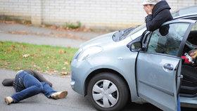 Chodců na silnicích umírá stále víc. Dodržujte pravidla, která vám v zimě zachrání život! Ilustrační foto
