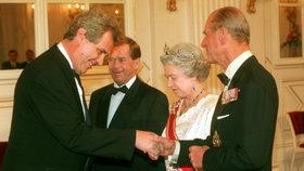 Zemanovo první setkání s britskou královnou Alžbětou II. v březnu 1996.
