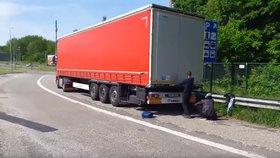 Do kamionu českého řidiče se dostali uprchlíci.