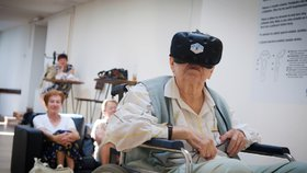 Senioři navštívili studio virtuální reality v Hradci Králové.