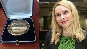 Náměstkyně Lenka Teska Arnoštová obdržela za protikuřácký zákon medaili WHO.