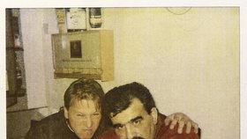 Antonín Běla (vpravo) s Pavlem Šrytrem v době, kdy mu dělal ještě jako mladík řidiče.