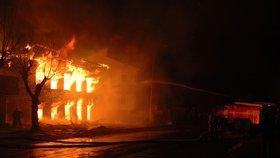 V červenci zaznamenali hasiči 2688 požárů, nejvíce od roku 2006. Zemřelo při nich osm lidí, 110 bylo zraněno.