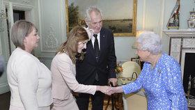 Královna Alžběta přijala Miloše Zemana, ten přivedl i první dámu Ivanu a dceru Kateřinu.
