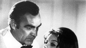 Sean Connery a Lana Wood jako James Bond a jeho Bond girl ve filmu Diamanty jsou věčné
