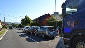 Řidič nákladního vozu poničil dominovým efektem čtyři auta před ním.