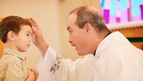 Bývalý polský kněz se za zneužívání chlapce musí omluvit a zaplatit mu vysoké odškodné, (ilustrační foto).