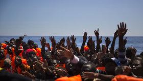 Migrace přes Středozemní moře trhá rekordy. Během třech dnů koncem června 2017 tu agentura Frontex zastavila 10 tisíc uprchlíků.