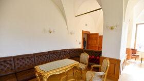 Byt a ateliér malíře Jana Slavíčka později několik měsíců obýval tehdejší ministr kultury Pavel Dostál. Jde o malý třípokojový byt.
