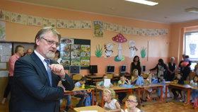 Ministr školství Stanislav Štech (ČSSD) předal žákům v Pobořanech vysvědčení, školní rok ale zahájí v nemocnici.