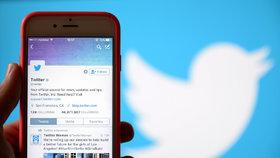 Odcházející zaměstnanec společnosti Twitter zablokoval účet amerického prezidenta Donalda Trumpa na stejnojmenné sociální síti.