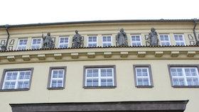 Místostarosta Prahy 1 Hodek uvedl, že si ředitele Zelenáka a jeho práce váží, a doufá, že se očistí. Zakázky, na jejichž manipulaci se údajně podílel, podle Hodka nemocnice nakonec neuzavřela.