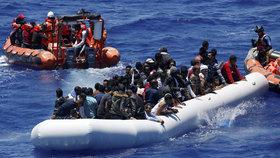 Italové vytáhli z moře 1400 uprchlíků (ilustrační foto)