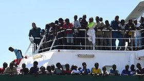 Migrační krize ve Středozemním moři pokračuje, k italským břehům míří další a další migranti