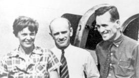 Letkyně Amelia Earhartová a její navigátor Fred Noonan (vpravo)