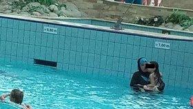 Fotka muslimek v aquaparku se šíří sociálními sítěmi a rozděluje Čechy.