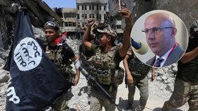 Iráčtí vojáci slaví, porazili Islámský stát v Mosulu. Důležité vítězství, říká český odborník.