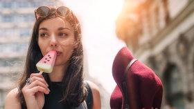 """Prodeje zmrzlin v těchto vedrech vyskočily v obchodech Tesco na dvojnásobek. """"V podstatě to znamená, že si každý zakoupí nanuk na rychlé osvěžení."""