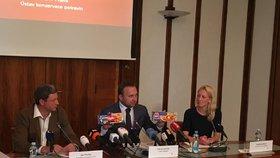 Ministr Jurečka ukazuje dvojí rybí prsty.